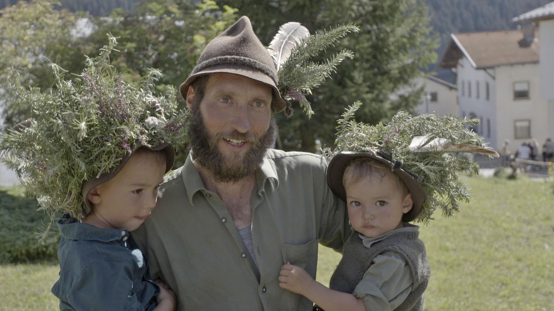 IKE Stanzertal Der Hirte Peter Erath nach dem Almabtrieb mit seinen jüngsten Kindern