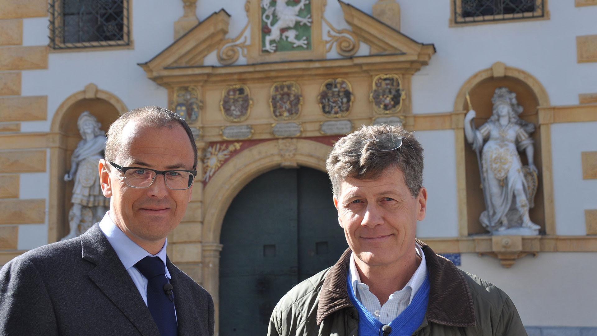 Kari-Dr.-Wolfgang-Muchitsch-Wissenschaftlicher-Leiter-Joanneum-Graz-vor-barocker-Fassade-des-Zeughauses