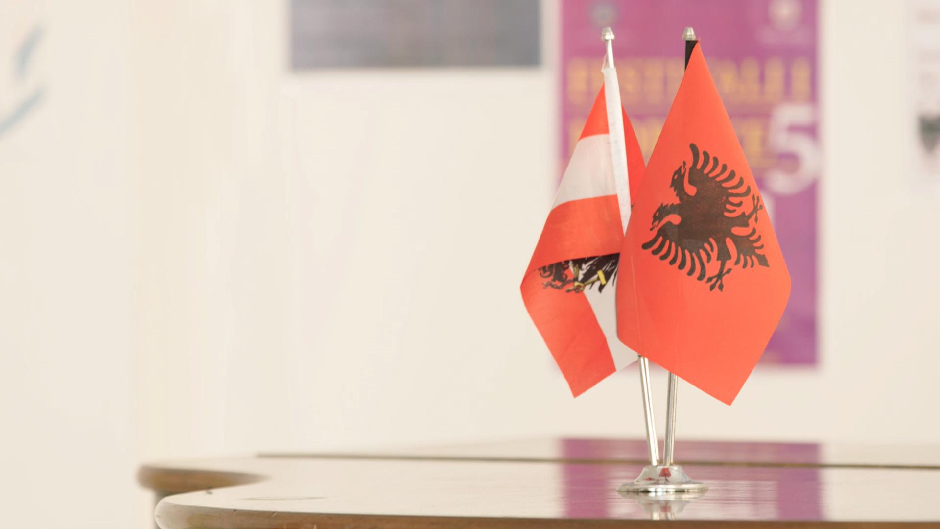 Oesterreichische_Albanische_Flaggen