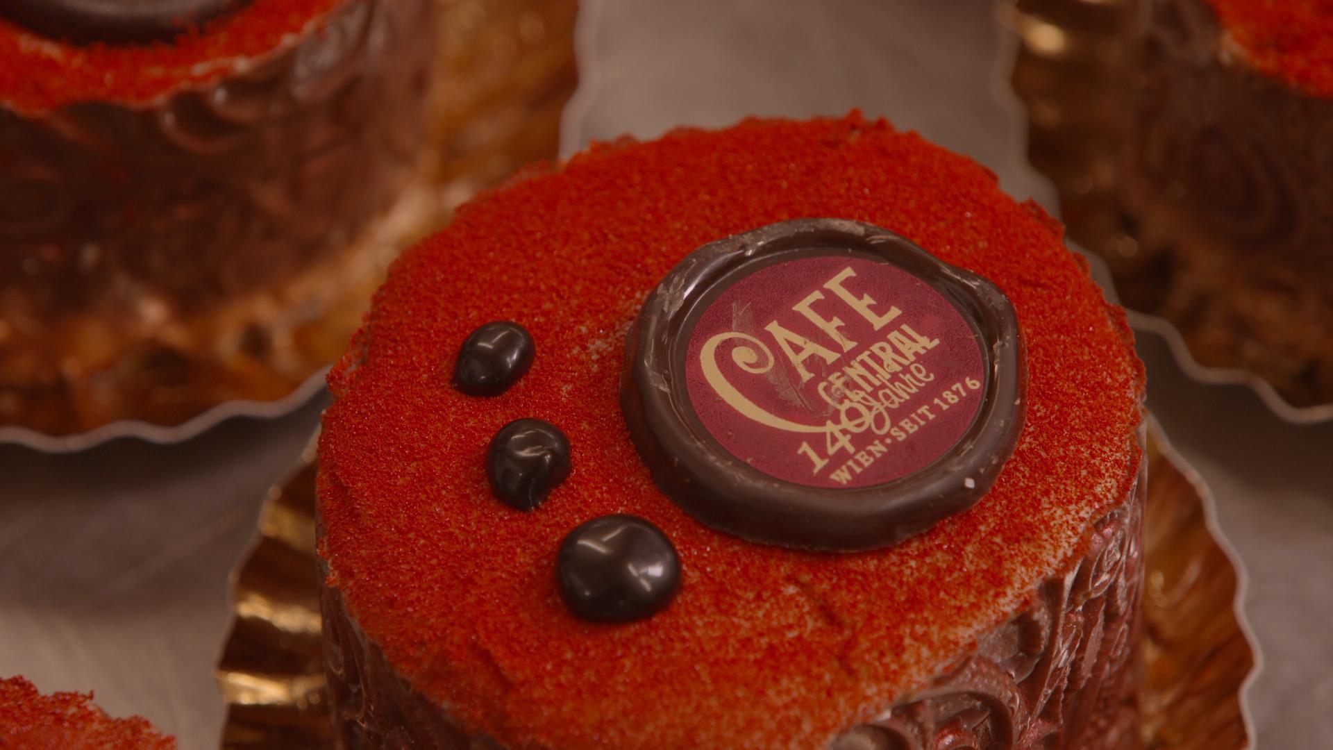 VHH_Glanz-des-alten-Adels_05_Café-Central-Torte- -Clever-Contents-Filmproduktion