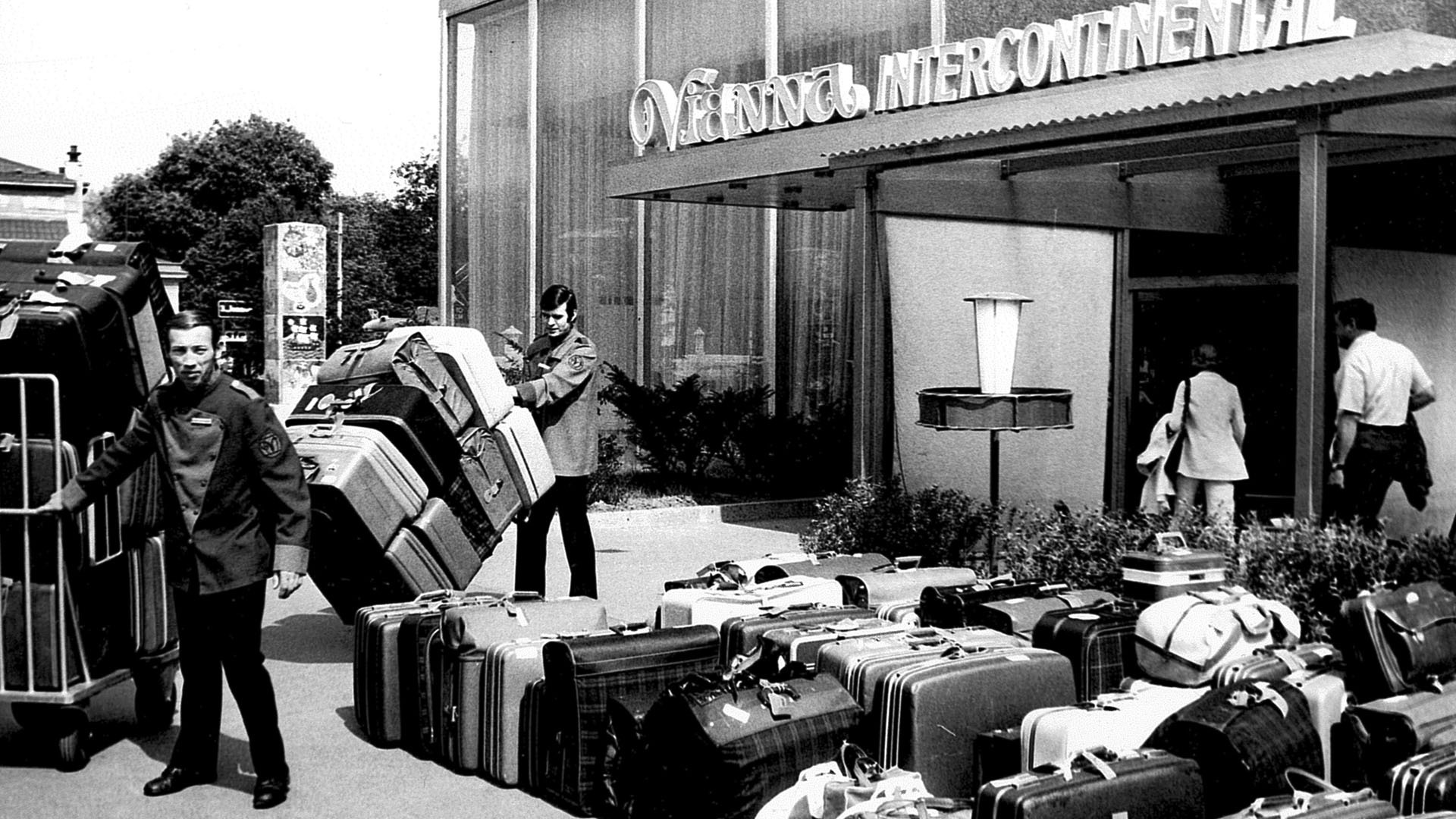 Entrance-with-luggage_s